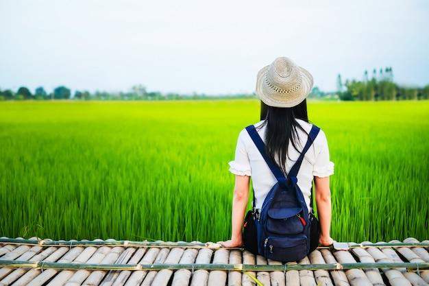 Mujer viajero disfrutando con campo de arroz verde en sus vacaciones.