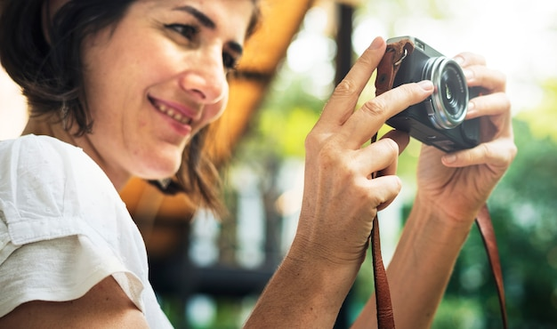 Mujer viajero fotógrafo vacaciones estilo de vida viaje