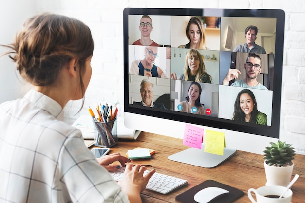 Mujer en una videoconferencia en su oficina en casa durante la pandemia de coronavirus
