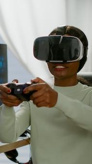 Mujer videojugador que gana el juego de disparos espaciales usando gafas de realidad virtual jugando con un joypad moderno