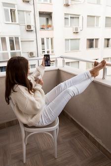 Mujer videollamada a amigos en cuarentena
