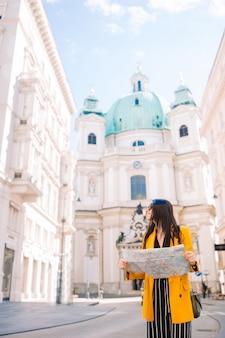 Mujer en viena con un mapa