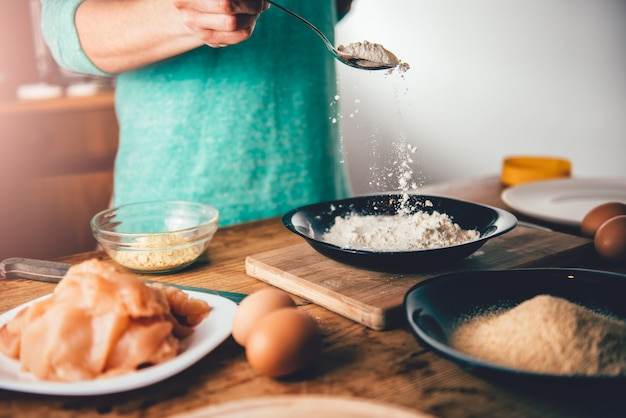 Mujer vierte migas de pan