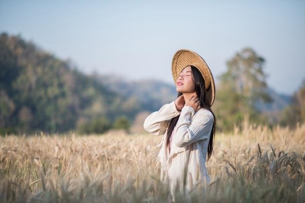 Mujer vietnamita agricultora cosecha de trigo