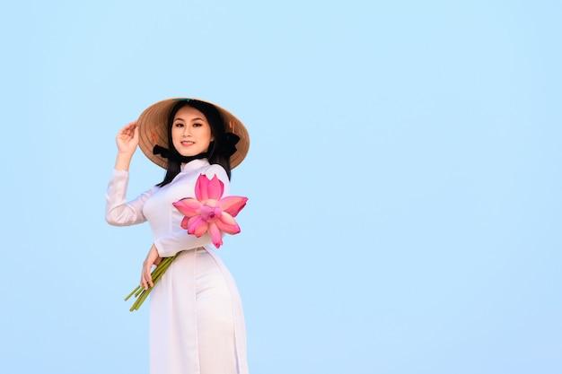 Mujer vietnamita con ropas tradicionales.