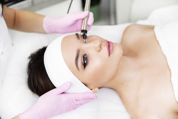 Una mujer vino a la depilación láser facial.