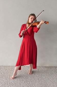 Mujer violinista tocando el instrumento