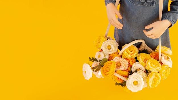 Mujer con vista de ángulo alto de rosas