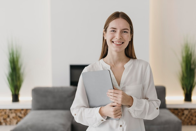 Mujer de vista frontal enseñando desde casa