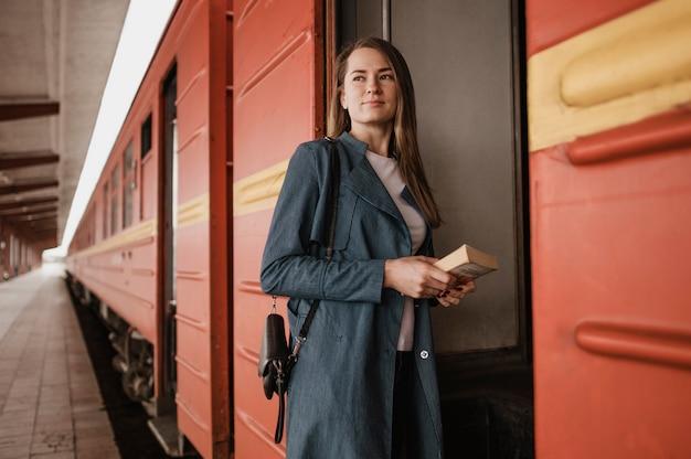 Mujer de vista frontal mirando a otro lado al entrar en el tren