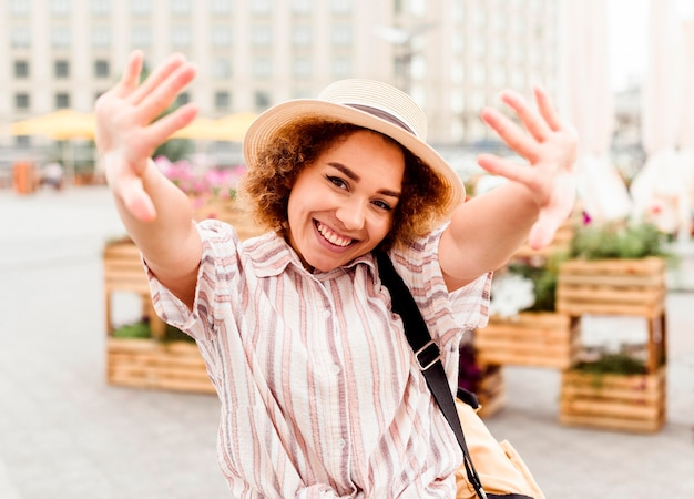 Mujer de vista frontal posando en una ciudad nueva
