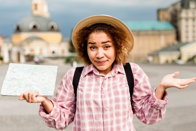 Mujer de vista frontal viajando a un nuevo lugar