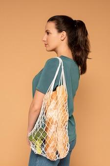 Mujer de vista lateral con bolsa de tortuga