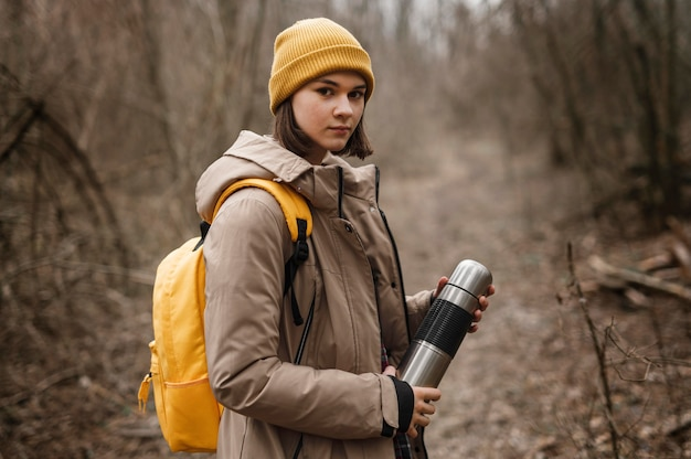 Mujer de vista lateral, posar, en, bosque