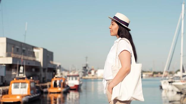 Mujer de vista lateral, en, puerto