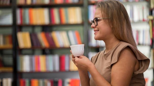 Mujer vista lateral, tenencia, taza