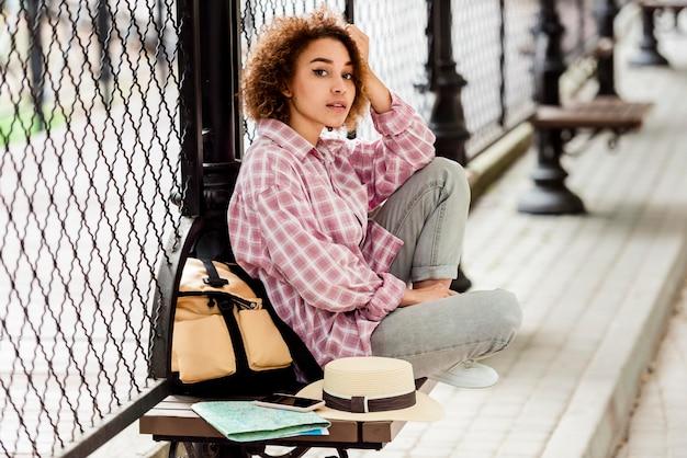 Mujer de vista lateral tomando un descanso de viajar