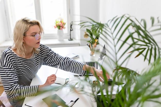 Mujer de vista lateral trabajando desde casa