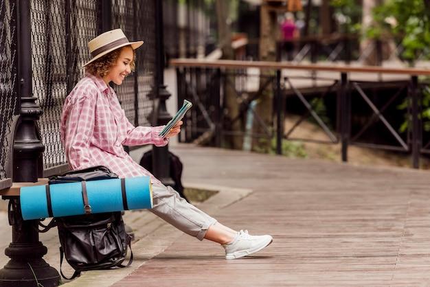 Mujer de vista lateral viajando con espacio de copia