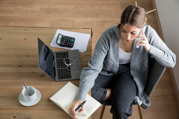 Mujer vista superior hablando por teléfono