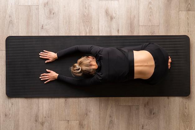 Mujer de vista superior practicando yoga