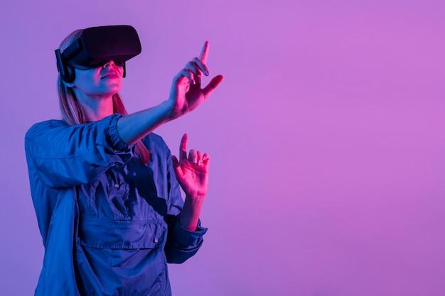 Mujer vistiendo gafas vr tiro medio
