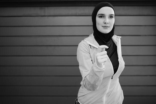 Mujer vistiendo hijab con espacio de copia