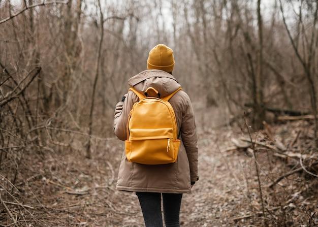 Mujer vistiendo mochila de tiro medio