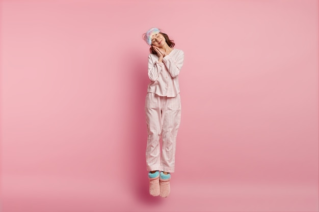 Mujer vistiendo pijama y antifaz para dormir
