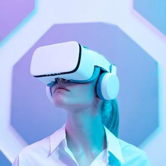 Mujer vistiendo simulador de realidad virtual