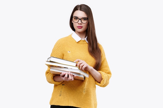 Mujer vistiendo un suéter amarillo