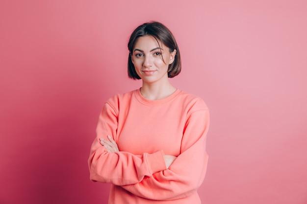 Mujer vistiendo un suéter casual sobre fondo cara feliz sonriendo con los brazos cruzados mirando a la cámara. persona positiva.