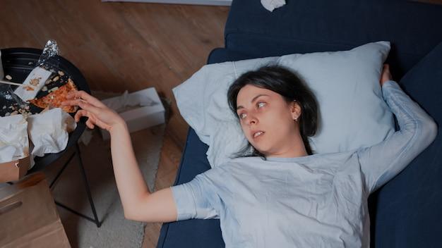 Mujer vulnerable emocionalmente inestable llorando sintiéndose molesto