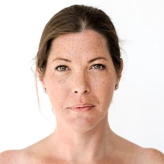 Mujer worldface-british en un fondo blanco.