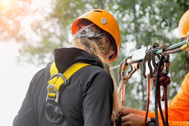 Mujer yendo en una aventura de tirolesa selva