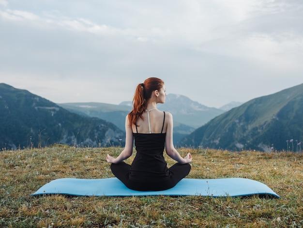 Mujer yoga asana meditación naturaleza montañas aire fresco fitness mat.