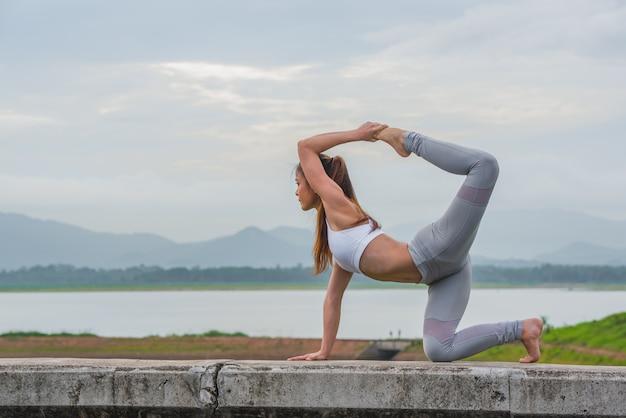 Mujer de yoga haciendo yoga afuera