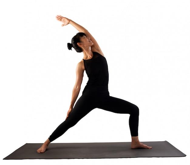 Mujer de yoga sobre fondo blanco