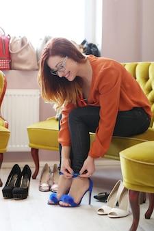 Mujer, en, zapatería
