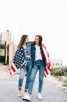 Mujeres abrazándose el 4 de julio