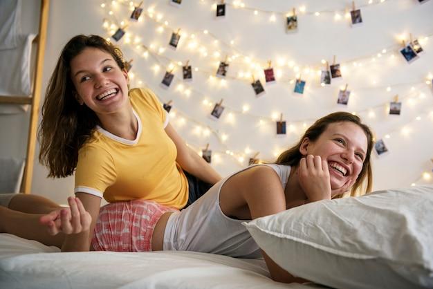 Mujeres acostadas en la cama juntas