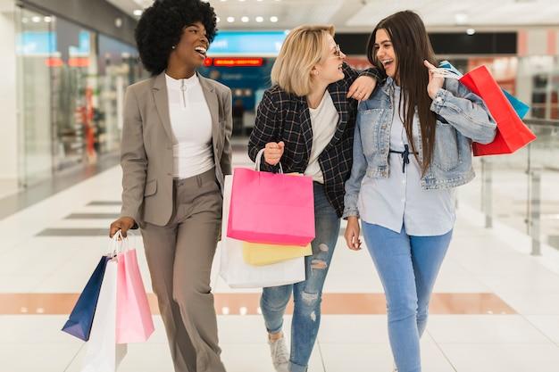 Mujeres adultas felices comprando juntas