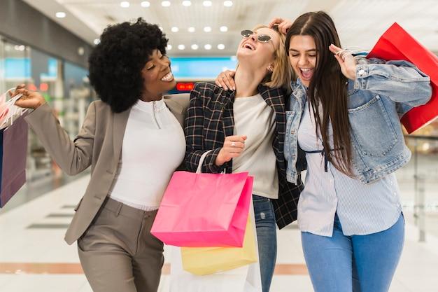 Mujeres adultas pasando un buen rato en el centro comercial