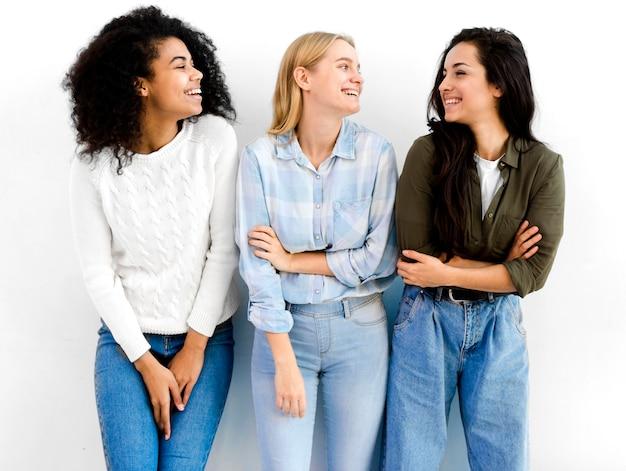 Mujeres adultas positivas posando juntas
