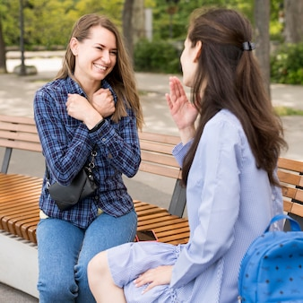 Mujeres adultas que se comunican a través del lenguaje de señas