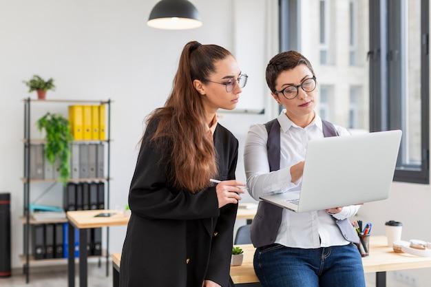 Mujeres adultas trabajando juntas en un nuevo proyecto