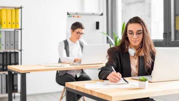 Mujeres adultas trabajando en proyecto