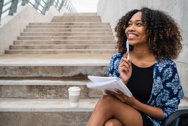 Mujeres afroamericanas con cuaderno y bolígrafo.