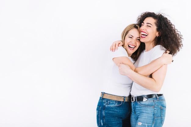 Mujeres alegres abrazándose