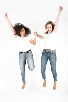 Mujeres alegres saltando